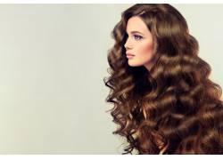棕色长发卷发发型