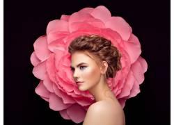 扛着粉色花朵的女人