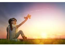 拿着纸飞机的女孩图片