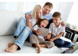 看平板电脑的家庭