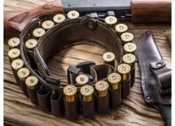枪支和皮带上的子弹摄影