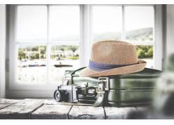 木板上的行李箱与帽子