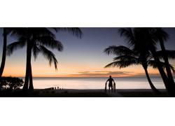 沙滩上人物高清摄影图片