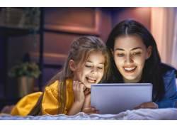 看着平板电脑的母女