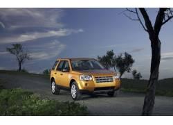 乡间小路上黄色汽车摄影