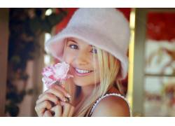 手拿花朵微笑女子