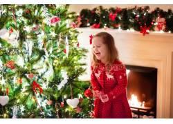 圣诞树和快乐女孩图片
