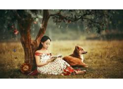 树下的女孩与狗图片