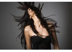 头发飞舞的丰胸美女