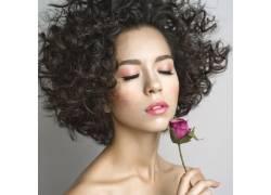 美发模特和玫瑰特写