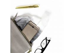手袋里的手机和眼镜