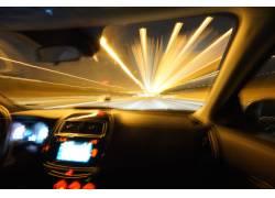 夜晚行驶汽车