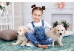 小女孩和两只小狗图片