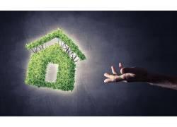 手指和树木拼接的房屋