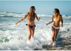 海水中的比基尼美女