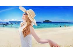 海边的快乐金发美女