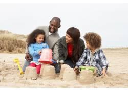 海边消夏的外国家庭图片