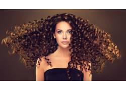散开头发的卷发美女
