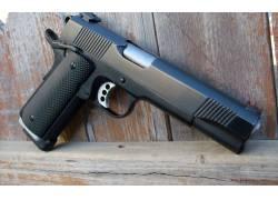 桌子上的手枪