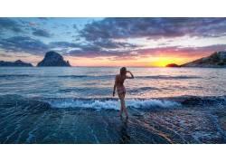 日出沙滩美女风景图片