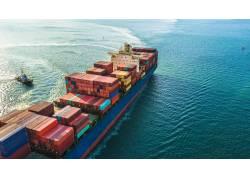 海上航行的运输船