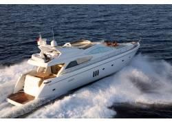 航行的私人游艇
