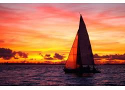 航行的单桅三角帆船