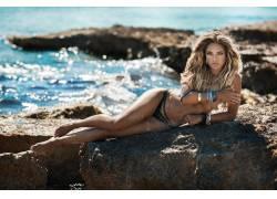 礁石美图性感模特海边浪花泳装图