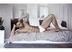 床上的健壮男人