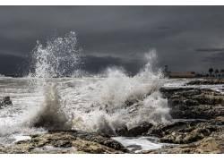 海水激起的浪花摄影