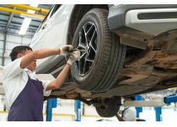 维修汽车的工人摄影