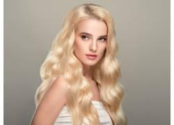 波浪发型的欧美美女