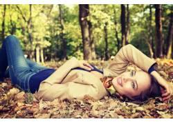秋季树林美女写真