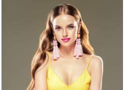 黄衣服的金发美女